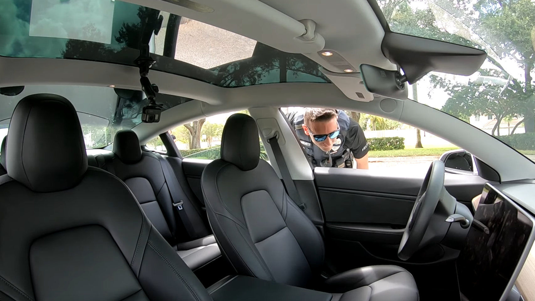 A driverless Tesla is stopped by the police, is this video real?